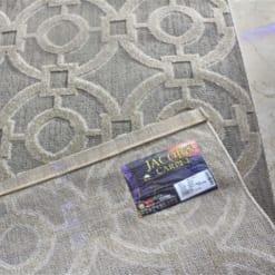 Thảm trải sàn Kura với hoa tiết được cắt tỉa lộ đế